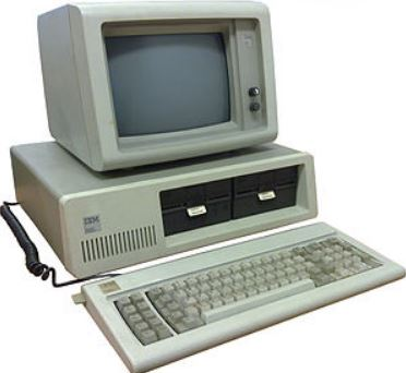 IBMが、マイクロソフトのMSDOSを搭載した、IBMパーソナルコンピューターを発表