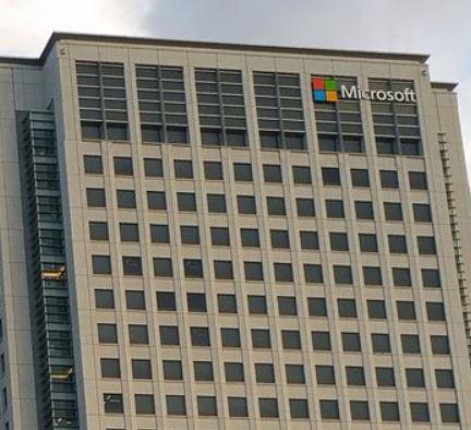 日本法人設立25周年を機に、社名を「日本マイクロソフト株式会社」に変更、東京都内オフィス統合、品川本社オフィスを開設(ワークスタイル変革への取り組み開始)Office365サービス提供開始